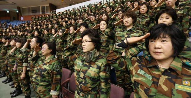 Ejército de reservistas saludar a la bandera durante una ceremonia del Día de la Fundación de las fuerzas de reserva locales en Seúl hoy.  Corea del Norte ha colocado a dos de sus misiles de alcance intermedio en lanzadores móviles y los había escondido en la costa este del país, en una medida que podría amenazar a Japón o las bases estadounidenses del Pacífico, los medios de comunicación de Corea del Sur ha reportado.  Fotografía: Lim Hun-jung/Reuters