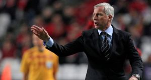 Newcastle's coach Alan Pardew gestures to his players during the match in Lisbon. Photograph: Jose Manuel Ribeiro/Reuters