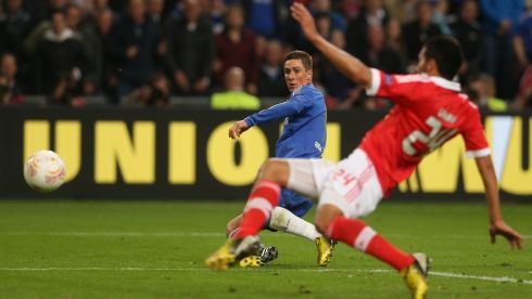 Fernando Torres shoots.... Photograph: Scott Heavey/Getty Images