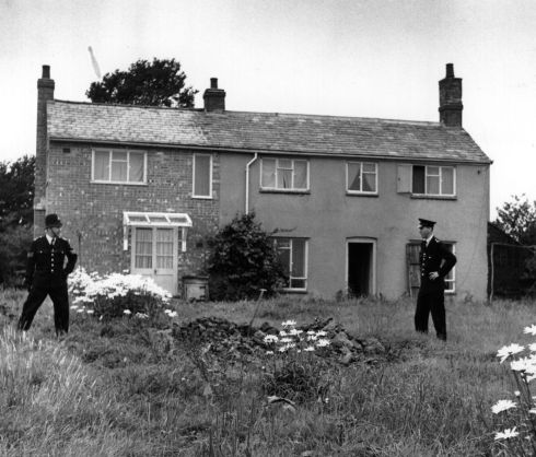 Police stand guard outside Leatherslade Farm at Oakley in Buckinghamshire, used as a hide-out by the Great Train Robbers.  (Photo by Keystone/Getty Images)