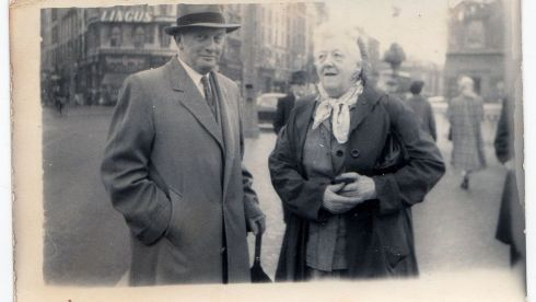 Actress Margaret Rutherford (r) on O'Connell Bridge.