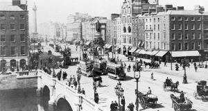 circa 1900: O'Connell street and O'Connell Bridge, Dublin, with Nelson's pillar in the background.