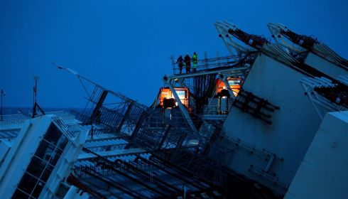 A salvage operation that never sleeps. Photograph: Tony Gentile/Reuters