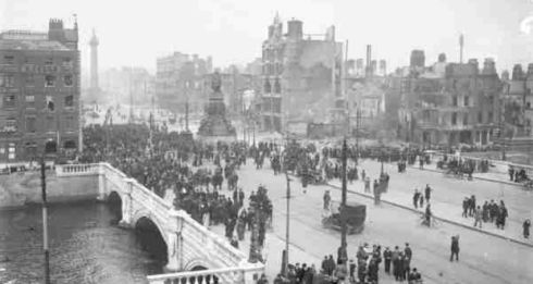 O'Connell Bridge - Easter Rising (1916) Crowds gather on O'Connell Bridge and Sackville Street (now O'Connell Street) on the aftermath of the 1916 Rising. © Courtesy of The National Library of Ireland