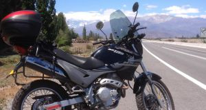 More reliable than Che's Norton 500: Peter Murtagh's rented Honda Falcon 400 and the Andes in the background.