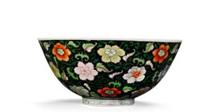 A black-ground famille rose bowl of the Yongzheng period (1723-1735) sold for €517,000.