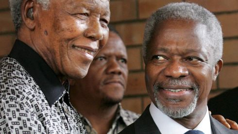 Nelson Mandela (L) and United Nations Secretary-General Kofi Annan (R).  EPA/KIM LUDBROOK