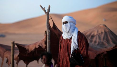 A Tuareg man and daughter in the desert. Photograph: Esam Omran Al-Fetori/Reuters