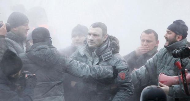 Opposition leader Vitaly Klitschko (C) reacts after he was sprayed with a powder fire extinguisher during a pro-European integration rally in Kiev. Photograah: Gleb Garanich/Reuters