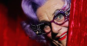 Dame Edna Everage agus spéaclaí. grianghraf: lisa maree williams/getty images