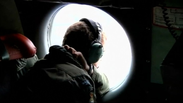 Australia resumes hunt for missing Malaysian plane debris
