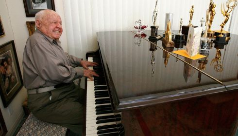 Playing a piano at his home in Westlake Village, California on Valentine's Day 2007. Photograph: Mario Anzuoni/Reuters