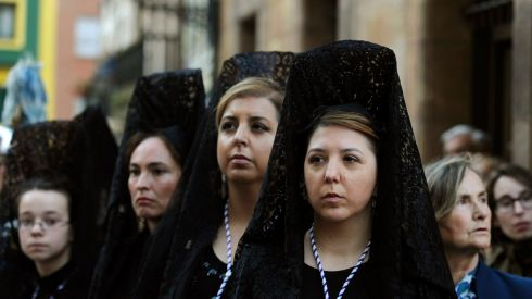 Penitents in the procession of the Silencio y la Santa Cruz brotherhood in Oviedo yesterday. Photographs: Eloy Alonso/Reuters