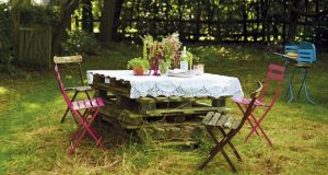 Pallets dressed with wild flowers make the perfect picnic table
