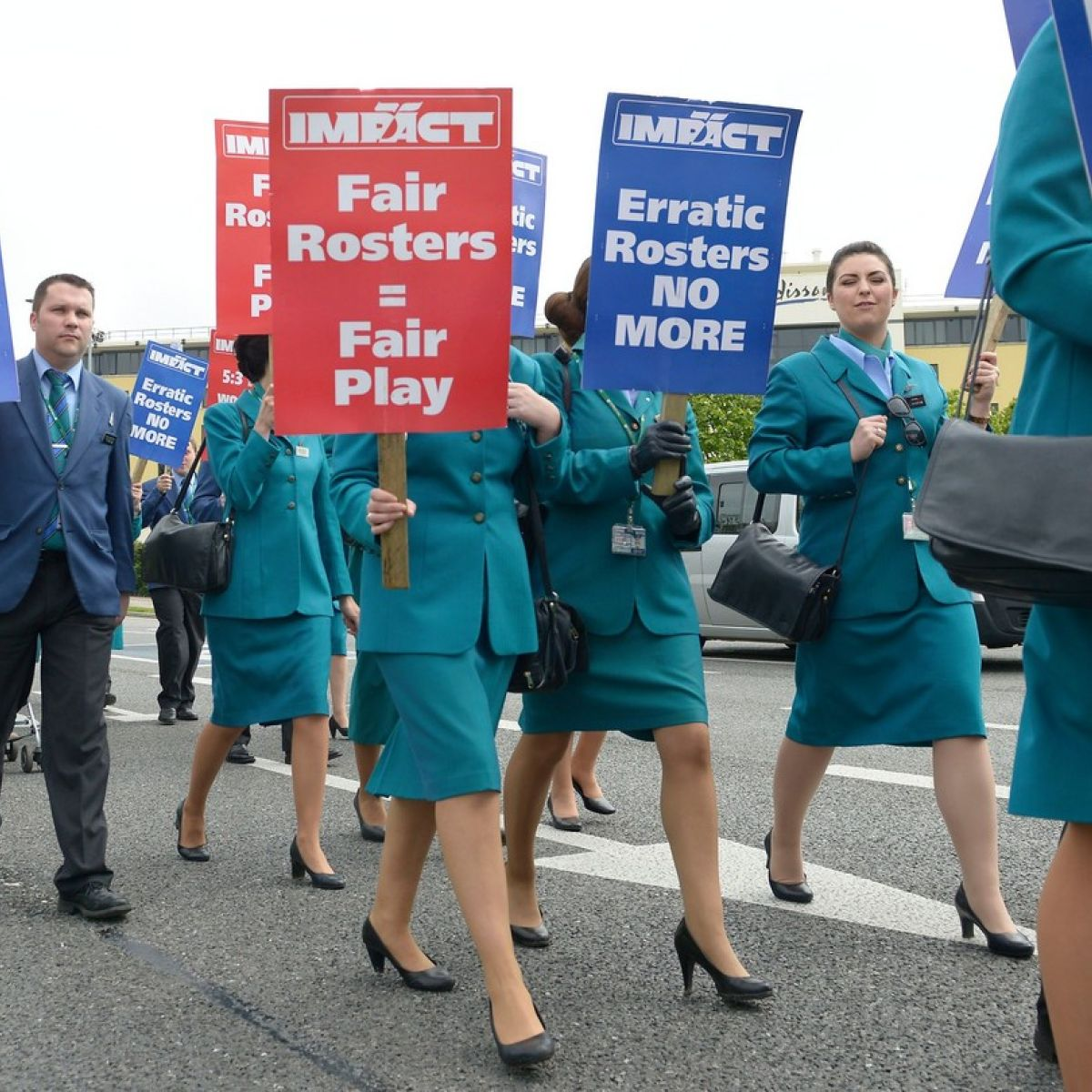 up to 800 aer lingus cabin crew protest in dublin
