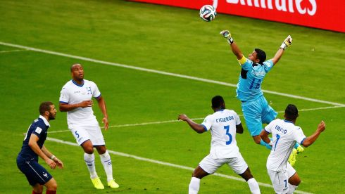 France's Karim Benzema (L) attemps to score as goalkeeper Noel Valladares of Honduras defends during their 2014 World Cup Group E soccer match at the Beira Rio stadium in Porto Alegre, June 15, 2014. REUTERS/Marko Djurica