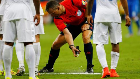 REFILE - CLARIFYING TERM OF SPRAY  Referee Bjorn Kuipers of the Netherlands (C) marks out a line with a vanishing spray during the 2014 World Cup Group D soccer match between England and Italy at the Amazonia arena in Manaus June 14, 2014. REUTERS/Ivan Alvarado