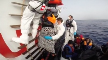 Italian coastguard rescues hundreds of migrants at sea
