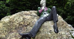 The statue of Oscar Wilde in Dublin: Instead of the Wilde of the well-known plays, the Enniskillen festival will focus on readings and stagings of De Profundis, The Decay of Lying and The Ballad of Reading Gaol, writers such as Alan Hollinghurst, Will Self and Neil Bartlett will engage with Wildean themes, there will be performances of Mahler, Schumann, Grieg and Richard Strauss, and the town and surrounding gardens will be bedecked with flowers