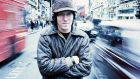 American singer-songwriter Elliott Smith (1969 – 2003), Oxford Street, London, June 1998. (Photo by Andy Willsher/Redferns/Getty Images)