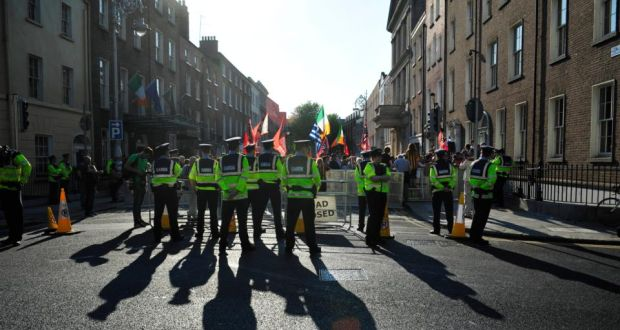 4b65bd9557 Gardaí on duty outside Leinster House during the anti water charges protest  on Wednesday