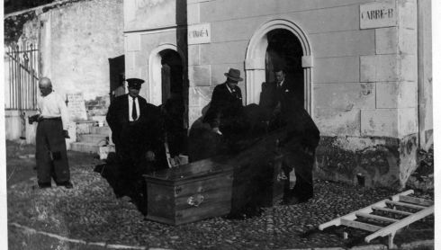 Undertakers screwing down the lid of the outer coffin containing the body of WB Yeats outside the mortuary in the cemetery at Roquebrune