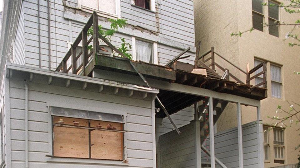 A balcony collapses: San Francisco, 1996