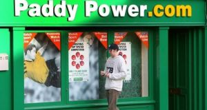 Paddy Power  shareholders have backed  a proposed merger between the two companies