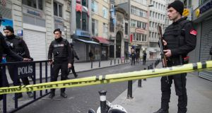 epa05220146 Turkish policemen stand in a cordon off street after a suicide bomb attack at Istiklal Street in Istanbul, Turkey, 19 March 2016. According to media reports, two people have died and seven injured in the suicide bomb in Istiklal Street, a main high street in the centre of Istanbul, just off Taksim Square.  EPA/TOLGA BOZOGLU