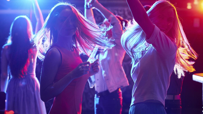 Блондинки тусят в клубе, щиплет после секса