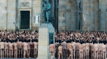 Colombians turn out en mass for Spencer Tunick nude photo