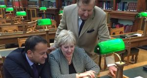 Tom Crean's grandson Brendan O'Brien (right) with Minister for Social Protection Leo Varadkar and Minister for Arts and Heritage Heather Humphreys at the National Library of Ireland this week.