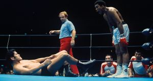 Muhammad Ali goads Antonio Inoki at Tokyo's Nippon Budokan during their mixed bout in 1976. Photo: Getty Images