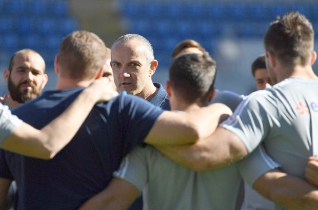Conor O'Shea talks to his players on the eve of their Six Nations match against Ireland. Photograph: AFP PHOTO