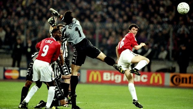 Manchester United captain Roy Keane gets in front of Juventus keeper Angelo Peruzzi to his side's opening goal. Photo: Getty Images