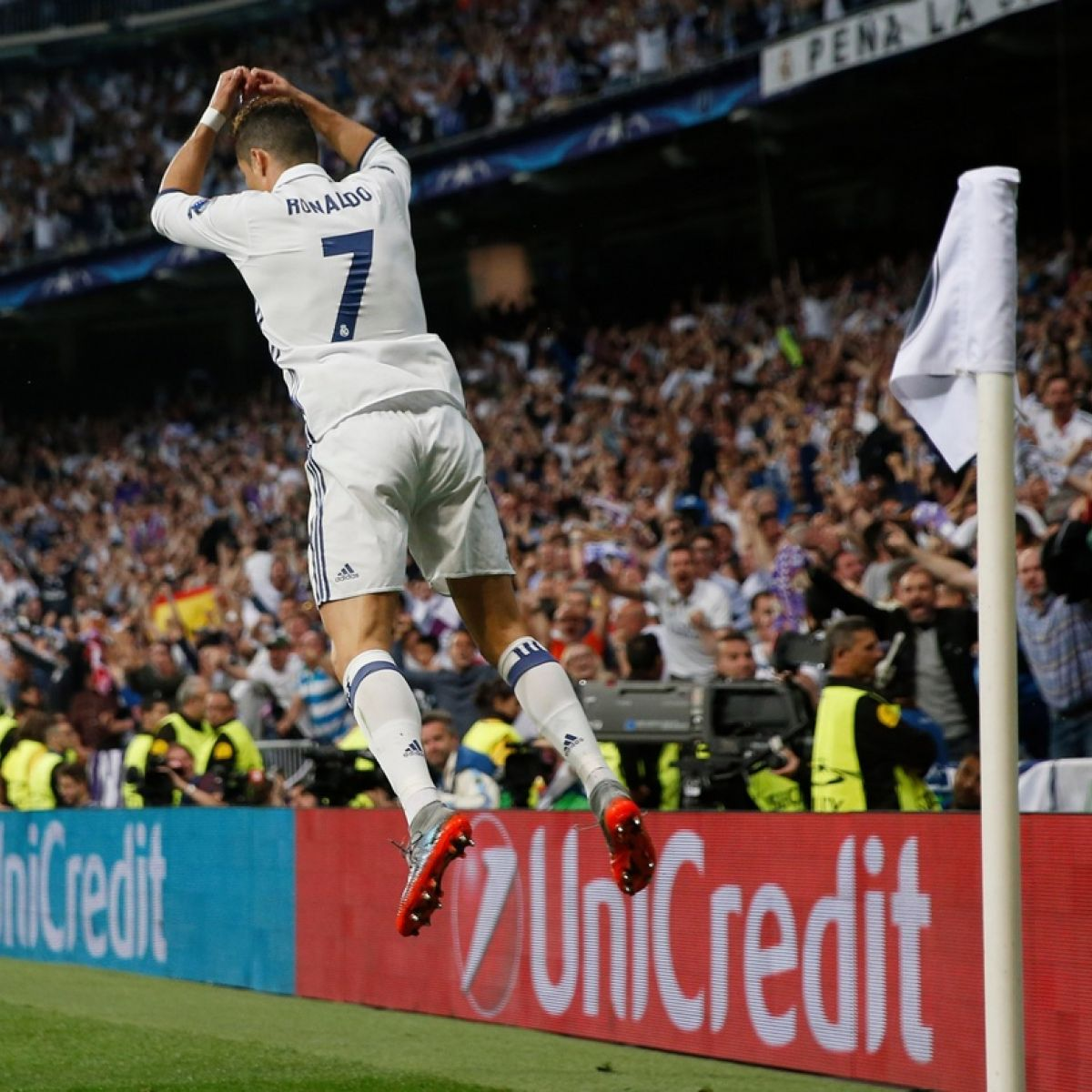 Ronaldo and teammates jet out in style to face Bayern Munich