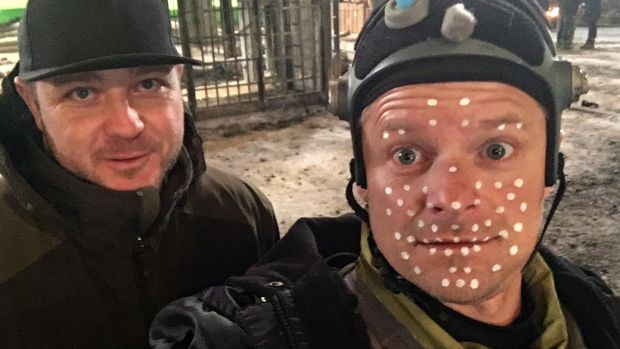 Steve Zahn with assistant Nate Lewis on the set of War for the Planet of the Apes