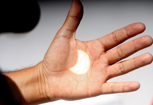 epa06155549 An image of the solar eclipse is projected onto a hand in Ensenada, Baja California, Mexico, 21 August 2017. The 21 August 2017 total solar eclipse will last a maximum of 2 minutes 43 seconds and the thin path of totality will pass through portions of 14 US states, according to the National Aeronautics and Space Administration (NASA).  EPA/Alejandro Zepeda