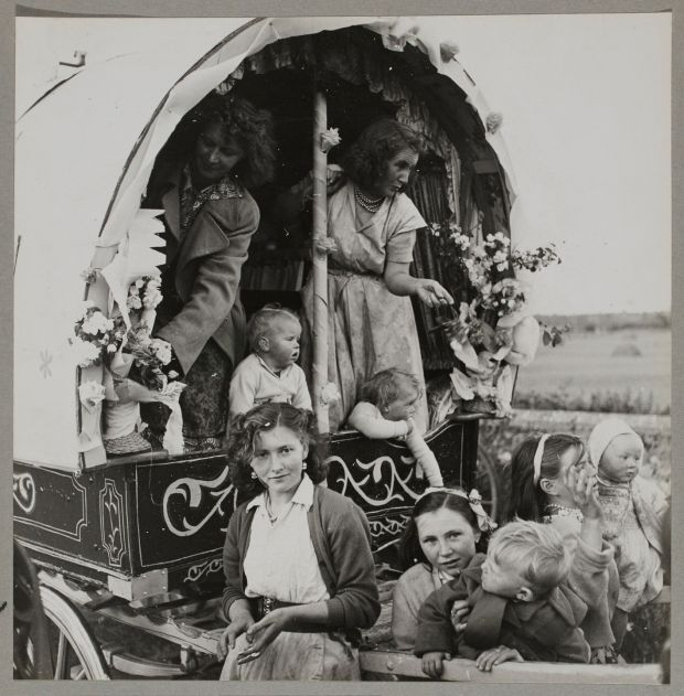 On the road to Cahirmee – Women and children preparing for Cahirmee Horse Fair, Buttevant, Co Cork