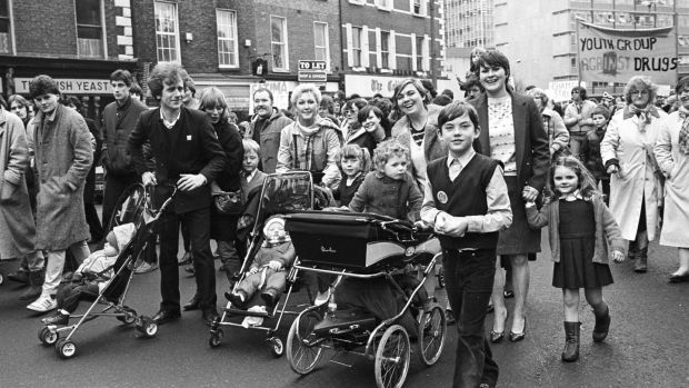 1984 - 1/3/1984 - page 9 - ANTI-DRUGS PROTEST MARCH . . . . . Anti Drugs . . . . . Parents and children , protesting against the activities of drug - pushers in Dublin , marching through the city yesterday to a rally outside Leinster House. Photograph: Kevin McMahon / THE IRISH TIMES . . . neg no