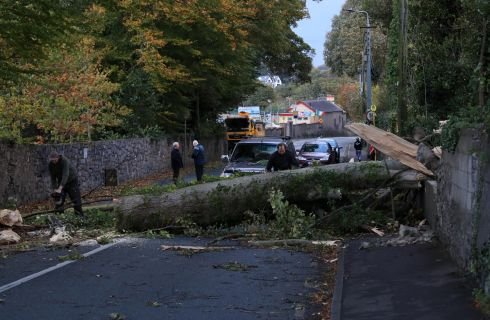 Locals cut up and clear  a  fallen tree which had been blocking the road for most of the day on the Leixlip Road, near the Salmon Leap Inn this evening after Hurrricane Opelia.  Photograph:  Colin Keegan / Collins