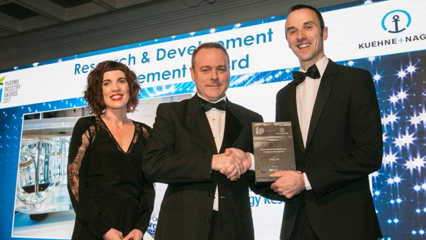 Mark Kelly, Business Manager 3M Life Sciences presents the Research & Development Achievement Award to Claire Lennon & Niall O'Reilly, PMBRC, WIT