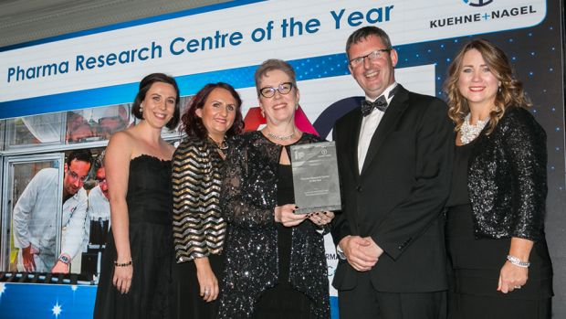 Ann McGee, Manging Director, McGee Pharma International presents the Pharma Research Centre of the Year award to the Synthesis and Solid State Pharmaceutical Centre team