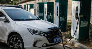 The European Commission is calling for co-operation among EU car makers to create bigger, better batteries for electric vehicles (EVs) as there are concerns that the US and China are both outstripping Europe when it comes to electric car technology