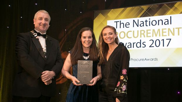Sean O'Dwyer, President of IIPMM presents Best Use of Technology award Michelle McKeown & Laura Wilson, Blueface.