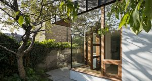 The glass details in particular are very refined, and functional. Glass to glass corners effectively make the corner of the new room disappear into the garden, framing an existing tree and bring the garden into the room.