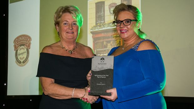 Rhonda Montgomery, Chief Executive, Butchery Excellence International, presents the Agribusiness of the Year – Pig & Pigmeat award to Colette Twomey, Clonakilty Food Co