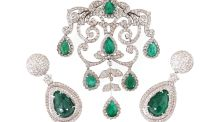 18ct white gold Emerald and diamond set consisting of necklace and  earrings, €19,000