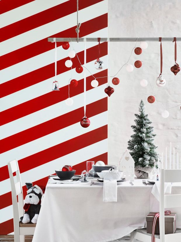 nine eye catching ways to set that christmas table. Black Bedroom Furniture Sets. Home Design Ideas