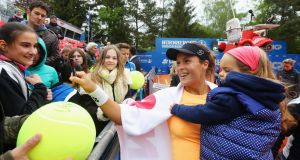 Tatjana Maria of Germany signs autographs with her daughter Charlotte at the Nuernberger Versicherungscup in 2016. Photo: Alex Grimm/Bongarts/Getty Images